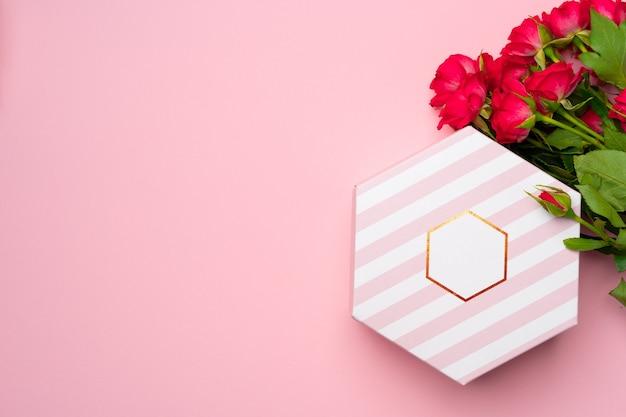 Różowe róże i pudełko widok z góry kopia przestrzeń