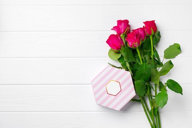 Różowe róże i widok z góry pudełko