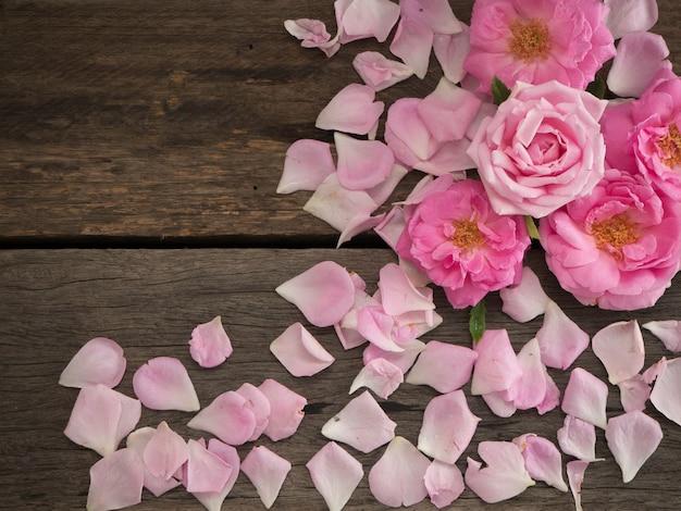 Różowe róże na drewnianej kopii przestrzeni