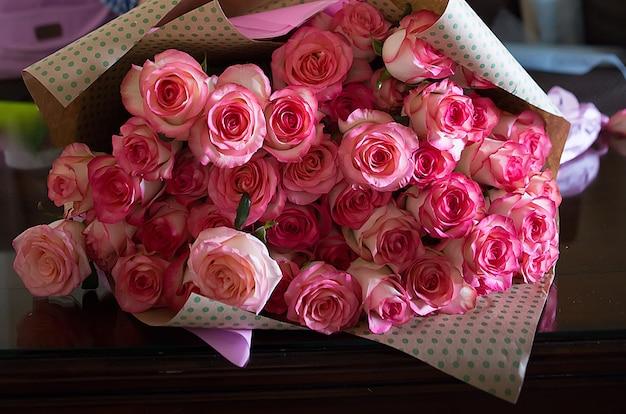 Różowe róże na walentynki lub dzień matki. naturalne światło, selektywne ustawianie ostrości.