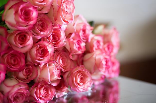 Różowe róże na walentynki lub dzień matki