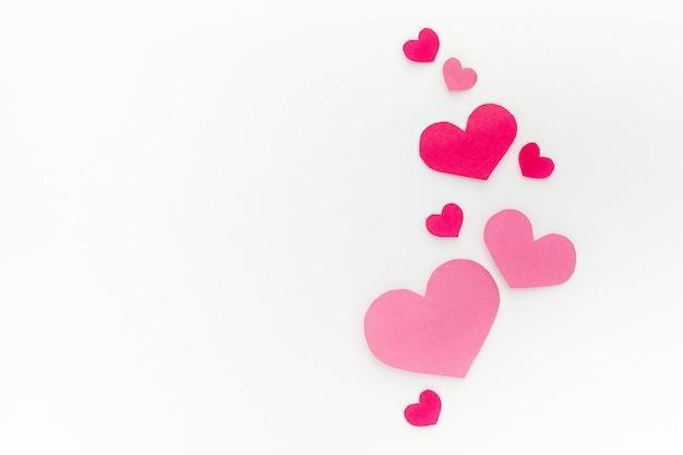 Różowe serca, wycinana z papieru romantyczna koncepcja
