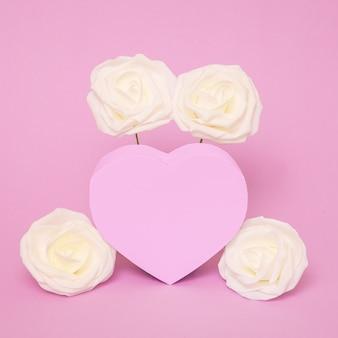 Różowe serce i białe róże. miłosne wibracje. minimalna sztuka
