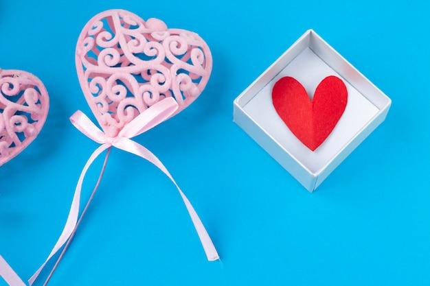 Różowe serce na niebieskim tle