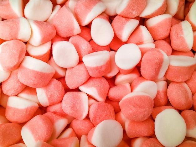 Różowe słodkie, gumowate cukierki kolorowe