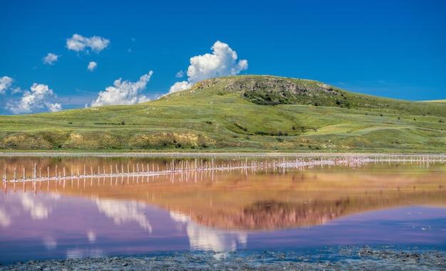 Różowe słone jezioro koyash, przylądek opuk kerch crimea pojęcie spokoju, ciszy i jedności z naturą.