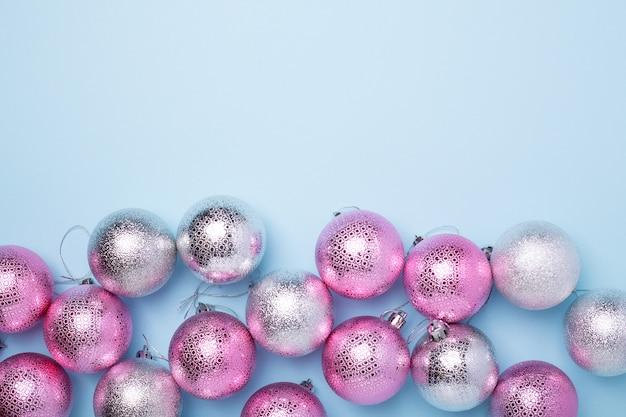 Różowe, srebrne kule i pastelowy niebieski