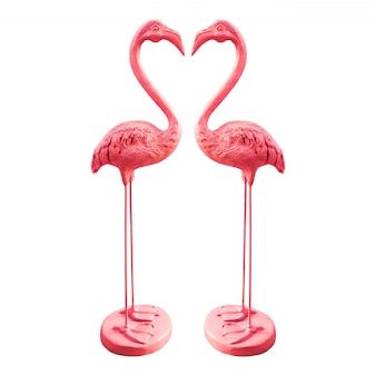 Różowe statuetki flamingo na białym tle.