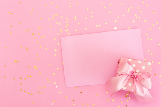 Różowe szydełkowane serca w kopercie na różowym tle. romantyczne gratulacje na walentynki.