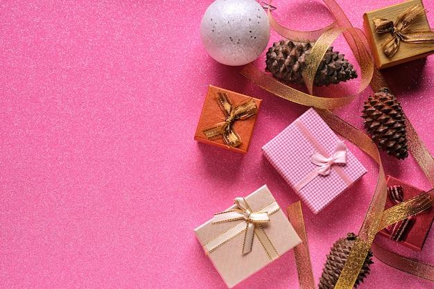 Różowe tło i ozdoby świąteczne z miejscem na kopię