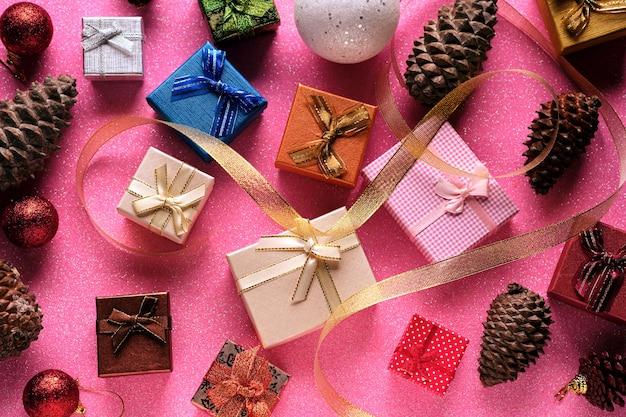 Różowe tło i ozdoby świąteczne