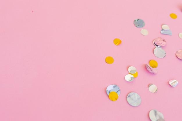 Różowe tło konfetti kopia przestrzeń płasko świeckich tekstura