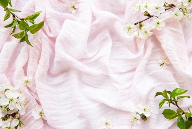 Różowe tło tkaniny z kwiatem wiosny