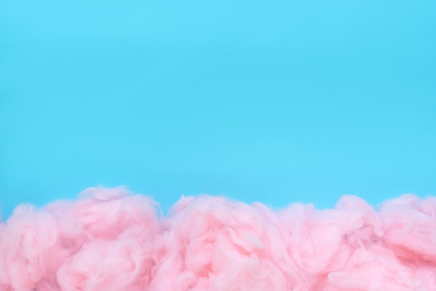 Różowe tło waty, streszczenie puszysty miękki kolor tekstury słodkiej waty cukrowej z miejsca na kopię