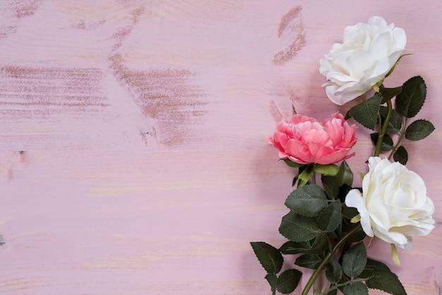 Różowe tło z kwiatami na nim