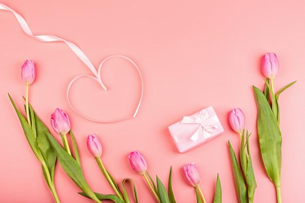Różowe tulipany i pudełko