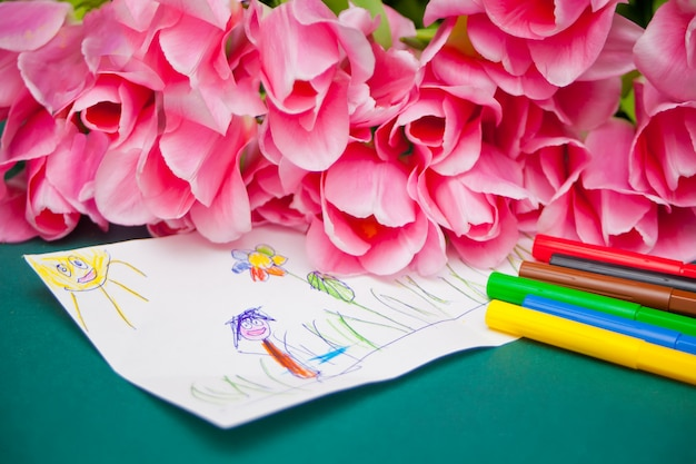 Różowe tulipany i rysunek dzieci. prezent dla mamy na dzień matki, urodziny lub dzień wielkanocny.