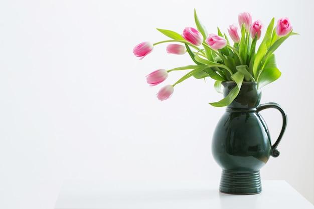 Różowe tulipany na zielony dzbanek
