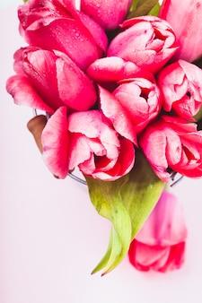 Różowe tulipany w ozdobnym wiadrze z bliska
