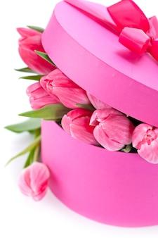 Różowe tulipany w pudełku