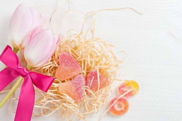 Różowe tulipany z czerwoną wstążką