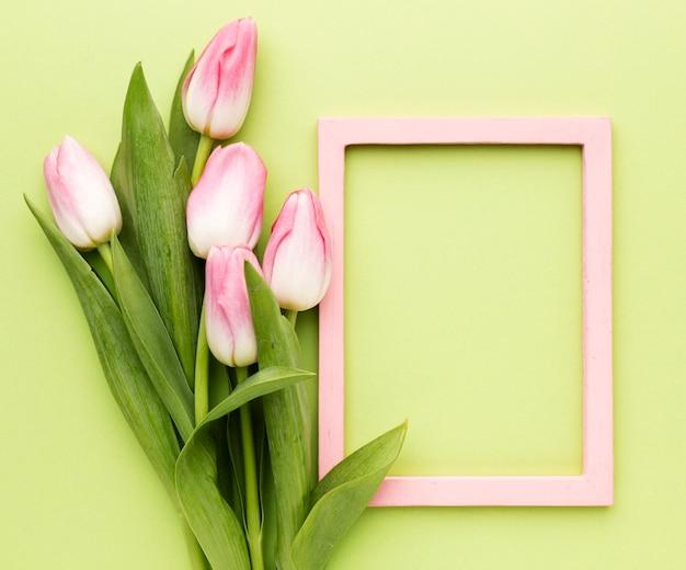 Różowe tulipany z ramą obok