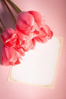 Różowe tulipany z zbliżeniem karty