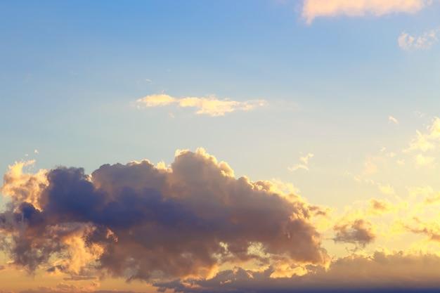 Różowe waniliowe niebo. jasne błękitne niebo z delikatnymi chmurami cumulus