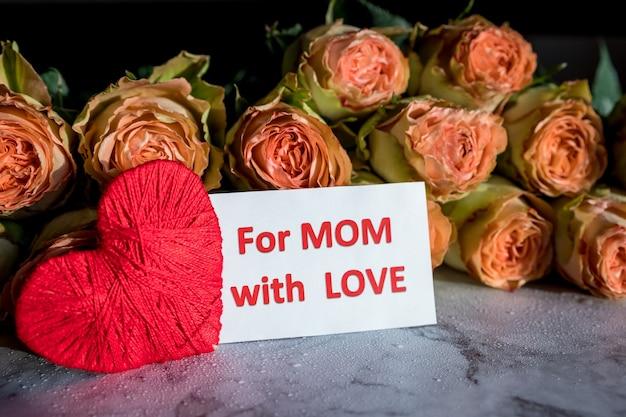 Różowe wiosenne kwiaty z napisem na dzień matki