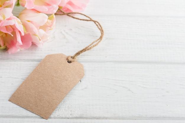 Różowe wiosenne tulipany z tagiem papieru