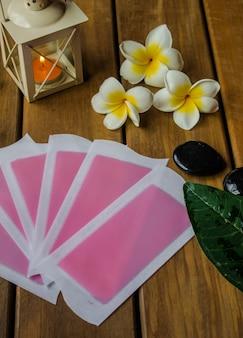 Różowe zimne paski wosku na drewnianym stole