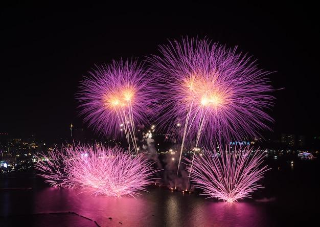 Różowi fajerwerki przy pattaya plażą, tajlandia