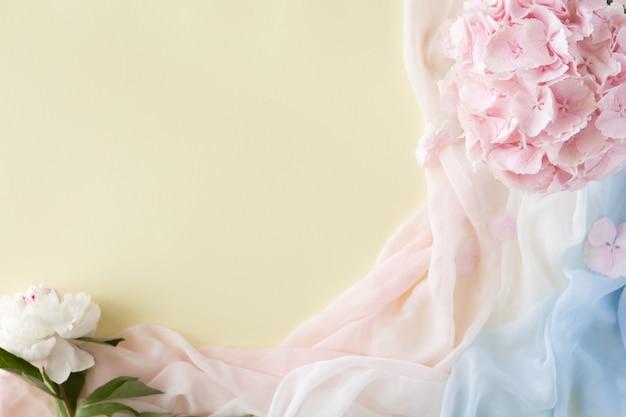 Różowo-niebieski szalik i różowe letnie kwiaty