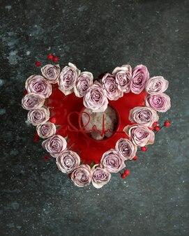 Różowo-różowe róże w kwiatowy wzór w kształcie serca