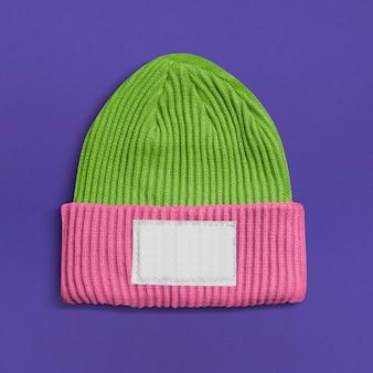 Różowo-zielona czapka z pustą białą etykietą z zimowymi dodatkami