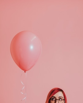Różowowłosa dziewczyna z balonem