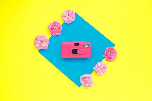 Różowy aparat i różowe róże