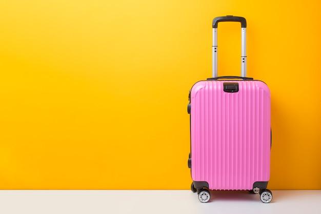 Różowy bagaż na żółtym tle, podróży pojęcie