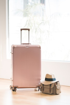 Różowy bagaż, torba i kapelusz na podróż