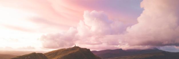 Różowy baner społecznościowy zachmurzonego nieba