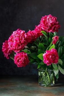 Różowy bukiet kwiatów piwonii na rustykalnym tle