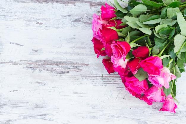 Różowy bukiet świeżych róż na białym tle