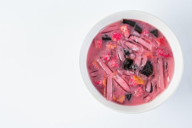 Różowy deser w białej łuszczce nałożony na podłogę