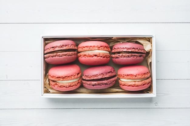 Różowy deserowy macaron lub macaroons w pudełku