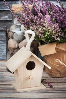 Różowy dom wrzosu i ptaków