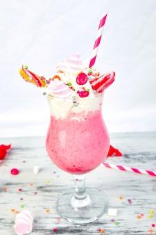 Różowy ekstremalny koktajl mleczny z jagodową rasberry
