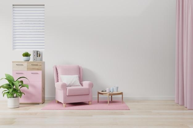 Różowy fotel w kolorze białym na ścianie salonu.