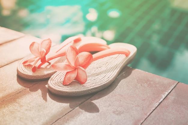 Różowy frangipani blisko basen kopii przestrzeni