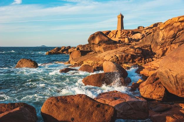 Różowy granitu wybrzeże w bretania blisko ploumanach, francja.