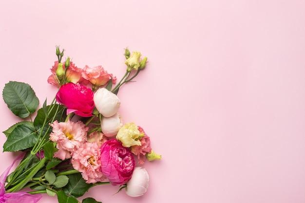 Różowy i biały bukiet kwiatów na pastelowym tle z lato, element wakacje